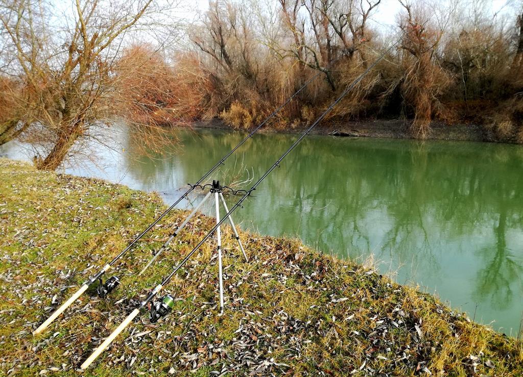 2 lansete pe un canal al Dunarii